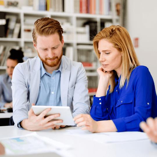 Couple de trentenaire en train d'analyser son budget santé sur tablette